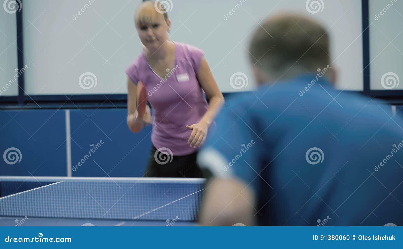 Povos que jogam um tênis de mesa na corte filme