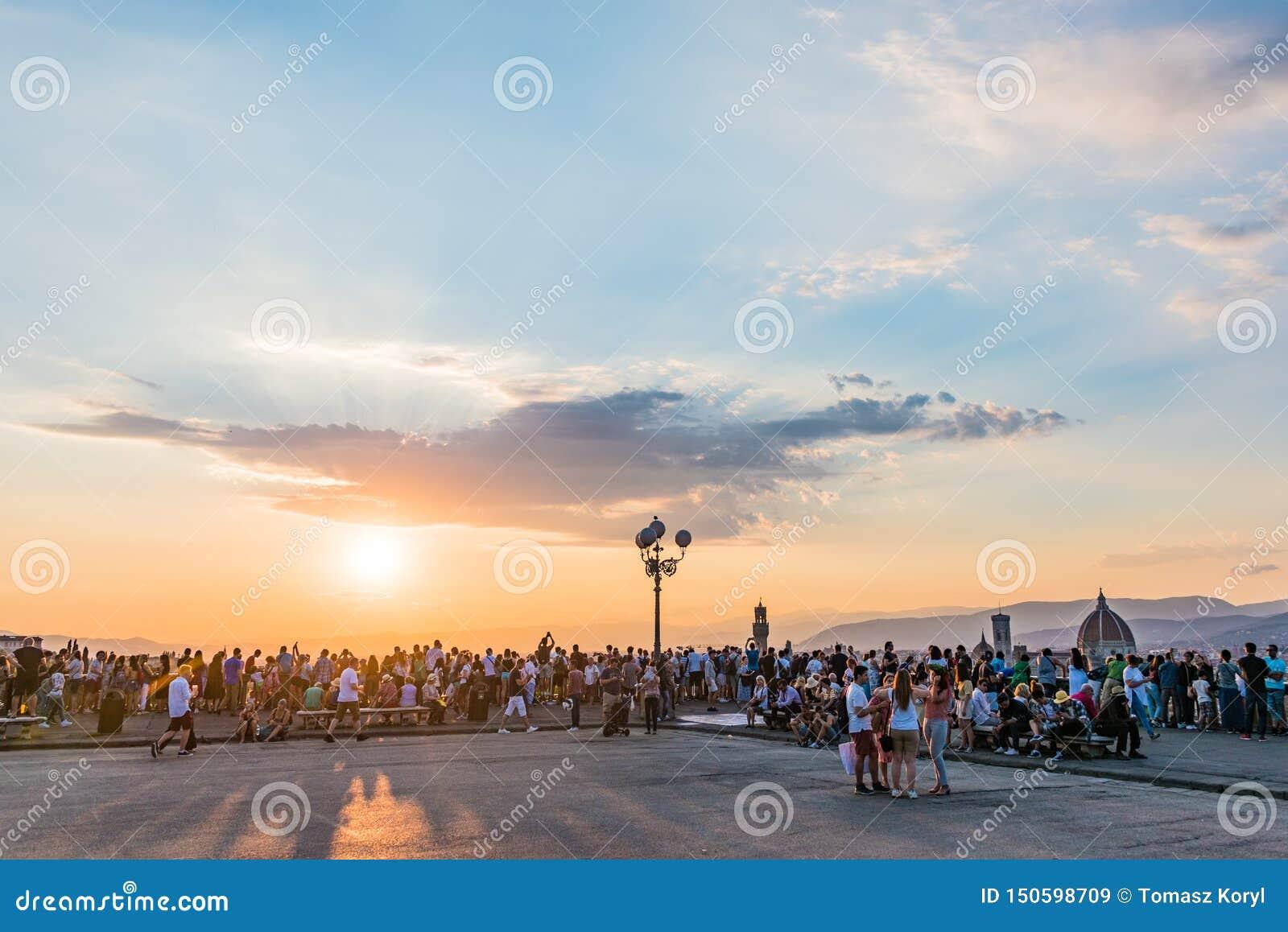Povos que olham o panorama de Florença Por do sol de Piazzale Michelangelo Tosc?nia, Italy