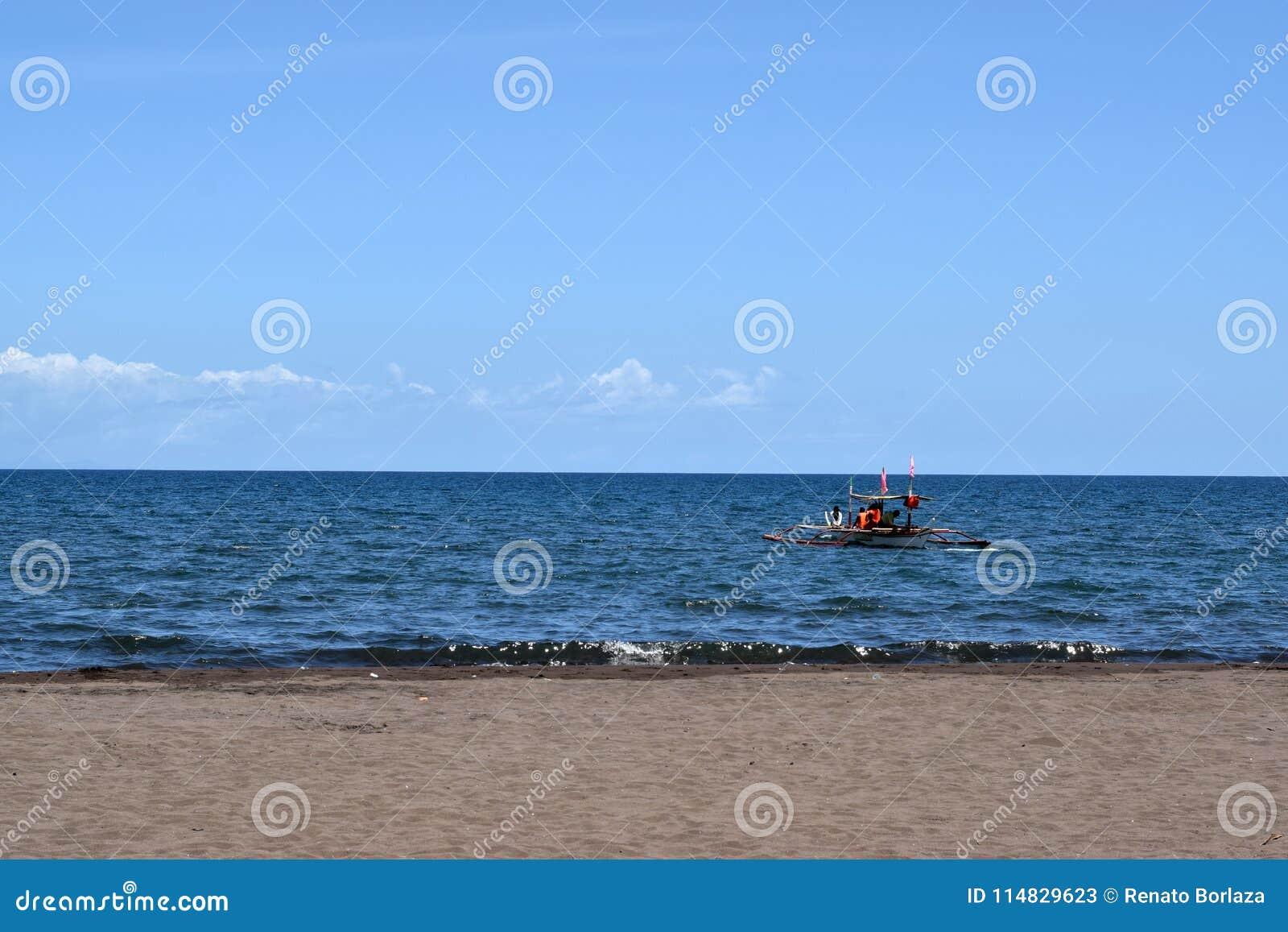 Povos que têm a equitação do divertimento no barco de turista durante o verão