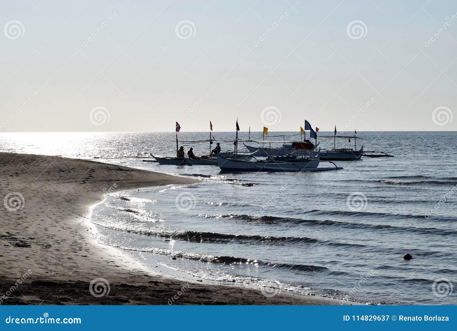 Povos que têm a equitação do divertimento no barco de turista durante o verão silhuetas