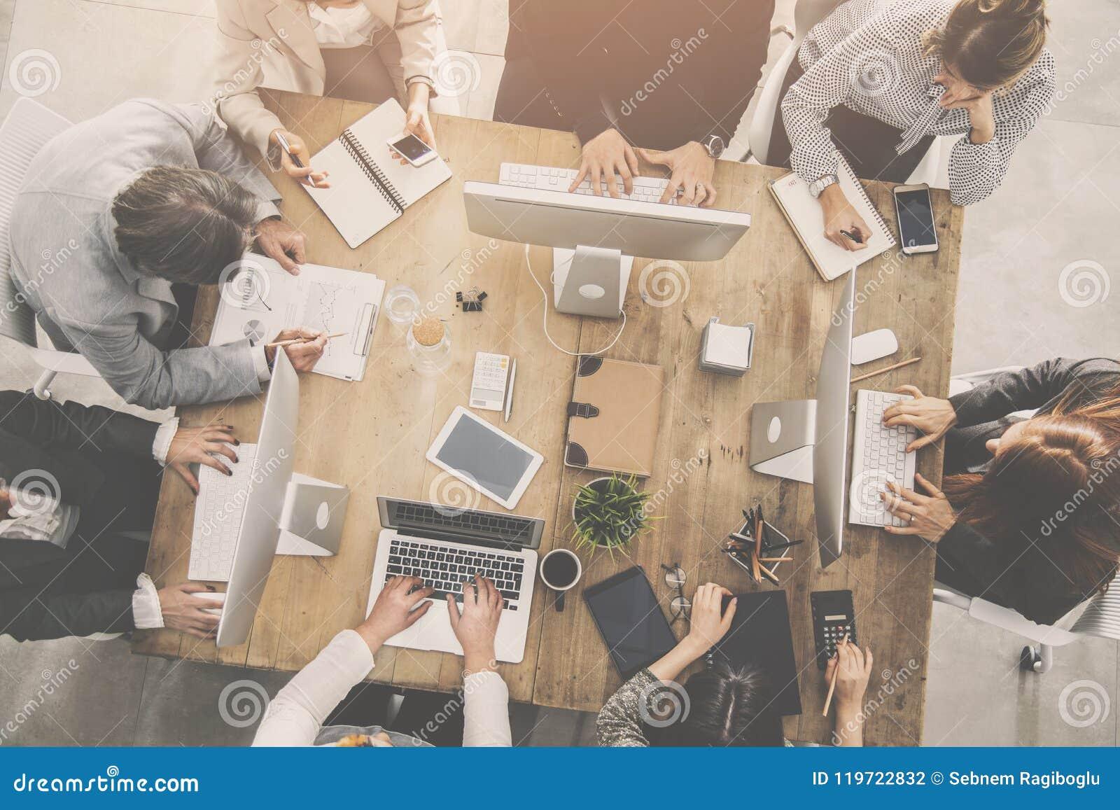 Povos que trabalham em torno de uma tabela