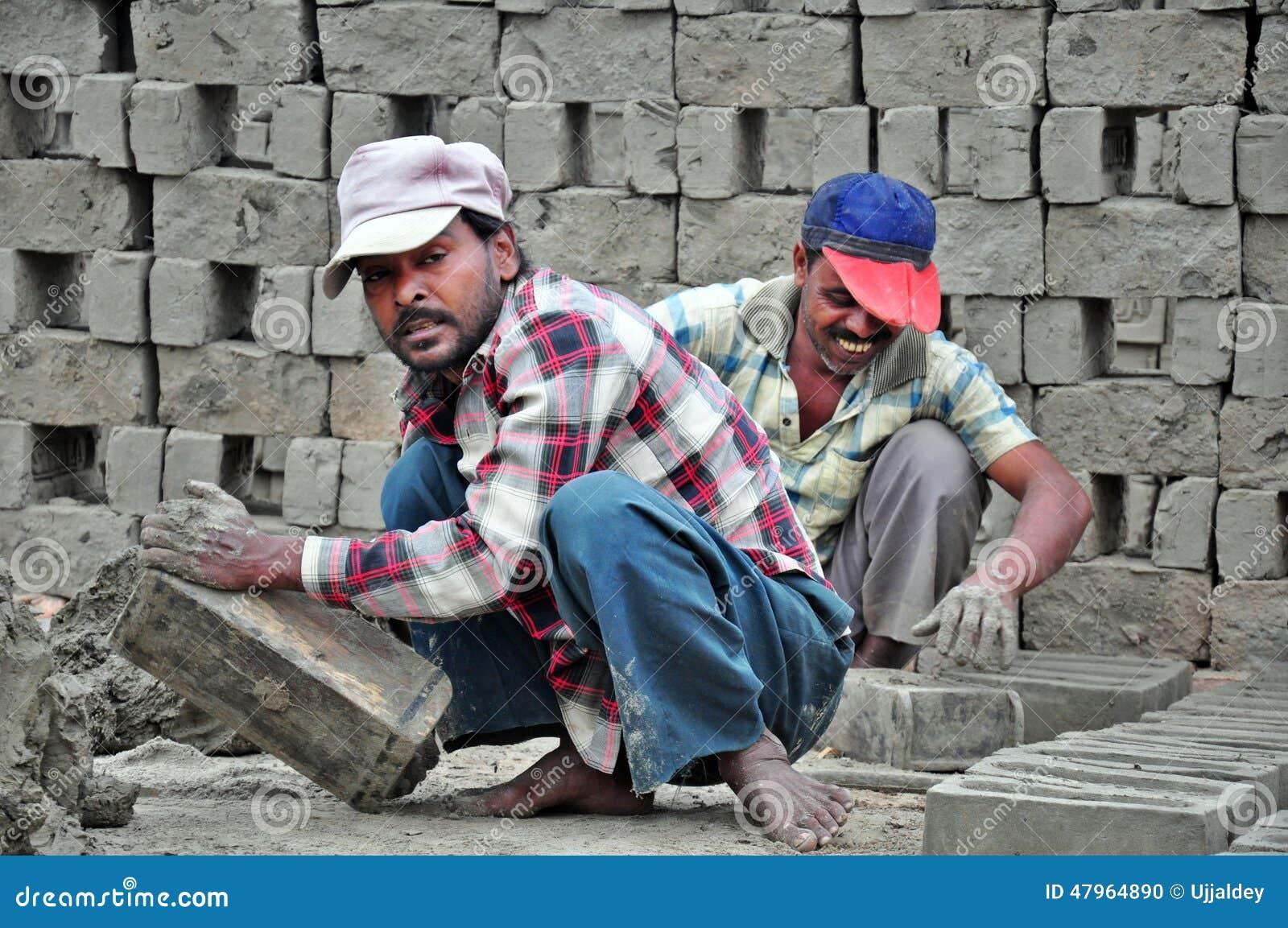 Povos que trabalham na fábrica do tijolo