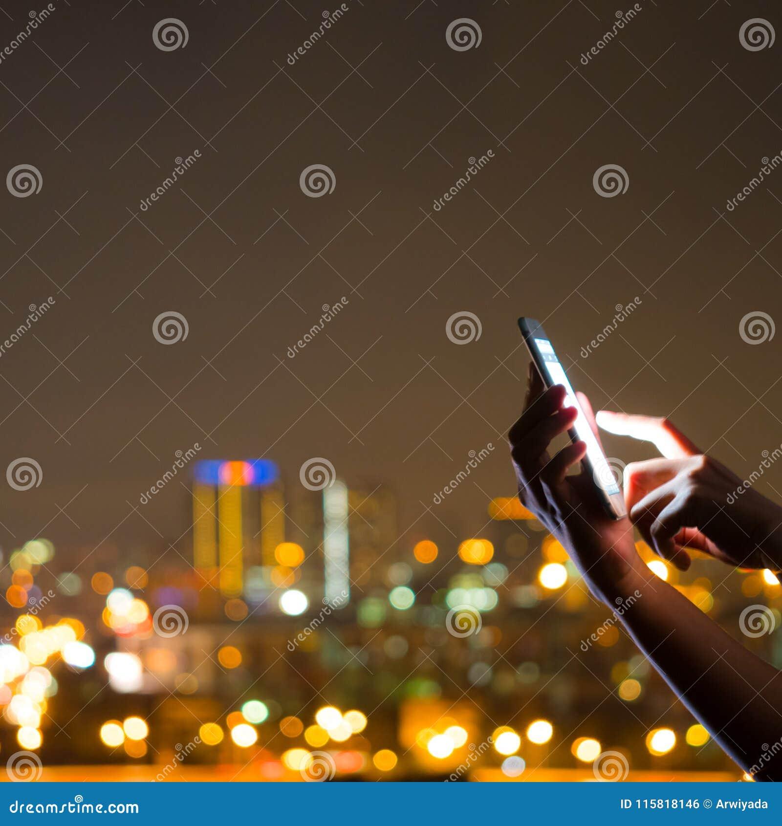 Povos que usam a tecnologia esperta do app da pilha do telefone