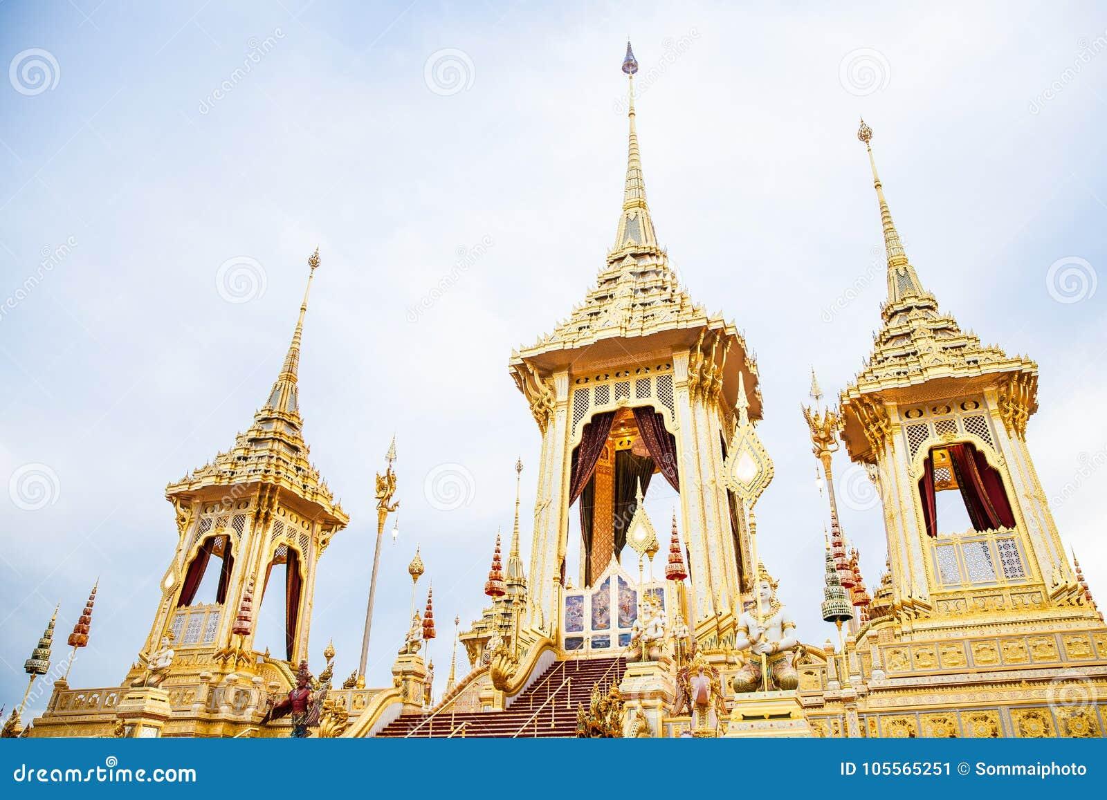Povos que visitam no crematório real para a cremação real de seu rei Bhumibol Adulyadej Bangkok da majestade