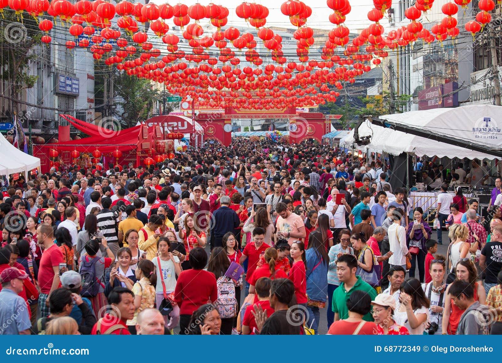 Povos tailandeses e turistas durante a celebração do ano novo chinês na rua de Yaowarat, bairro chinês Banguecoque, Tailândia