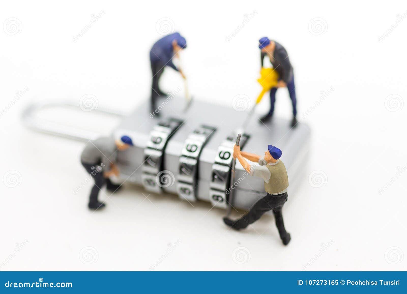 Povos, trabalhador e chave diminutos da segurança usando-se como o sistema de segurança do fundo, corte, conceito do negócio