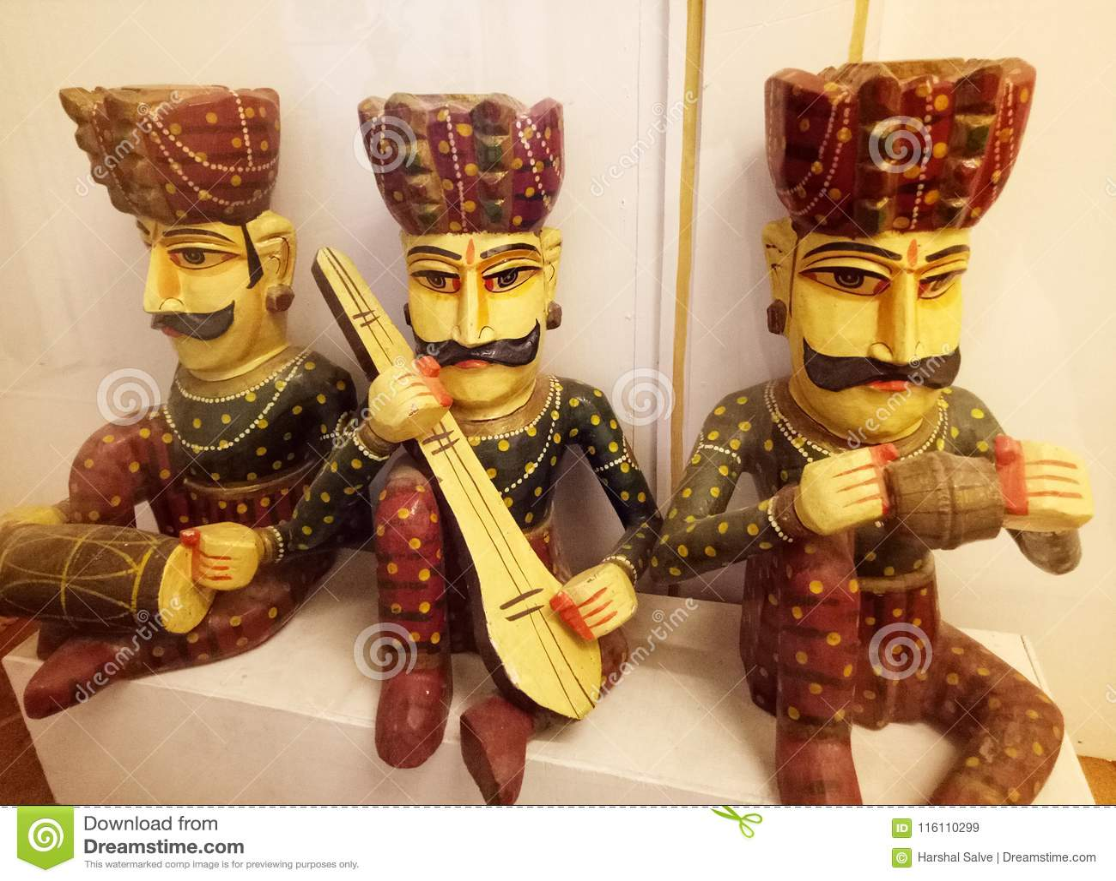 Povos tradicionais indianos Art Puppets com instrumentos musicais