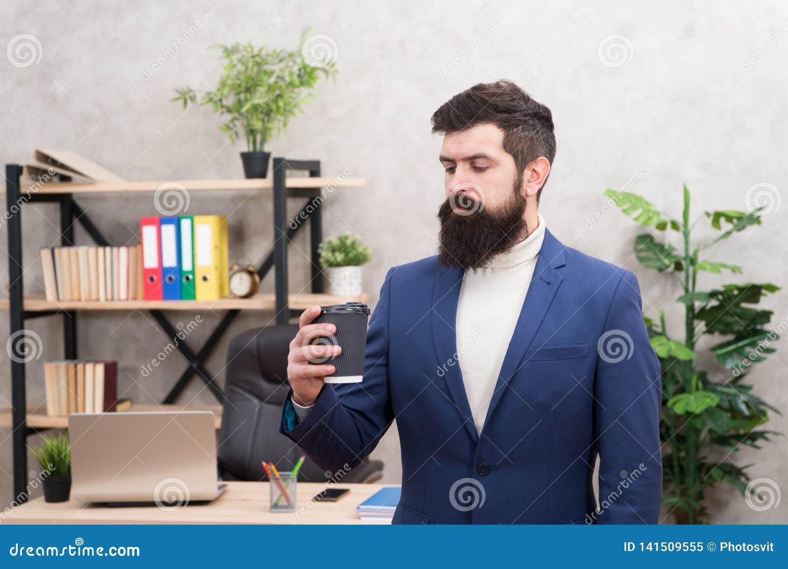 Powód kawa ulepsza biurową kulturę Mężczyzny kierownika biznesmena przedsiębiorcy chwyta brodaty filiżanka kawy kierownik relakso