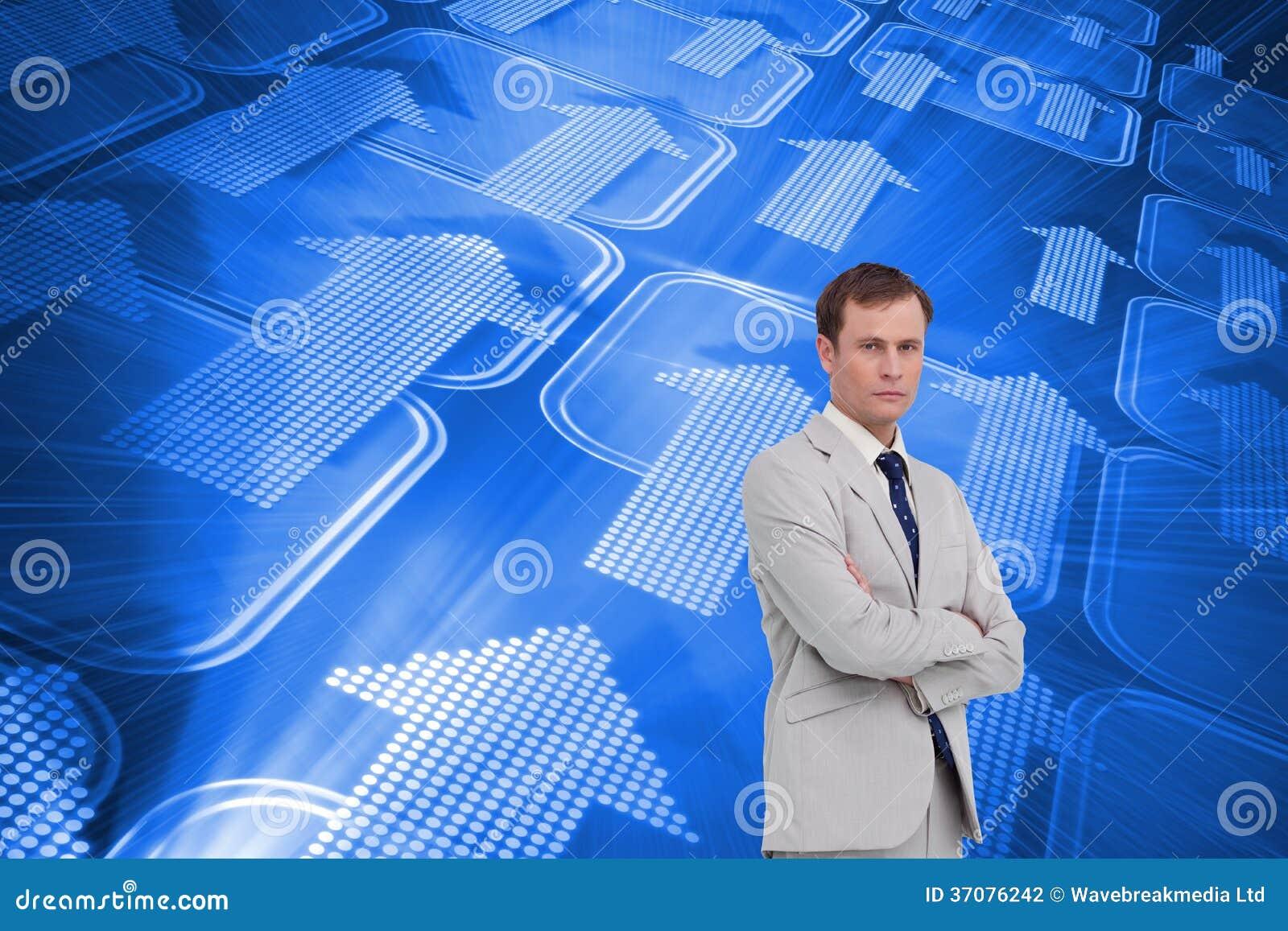 Download Poważna Biznesmen Pozycja Z Jego Rękami Składać Zdjęcie Stock - Obraz złożonej z mężczyzna, błękitny: 37076242