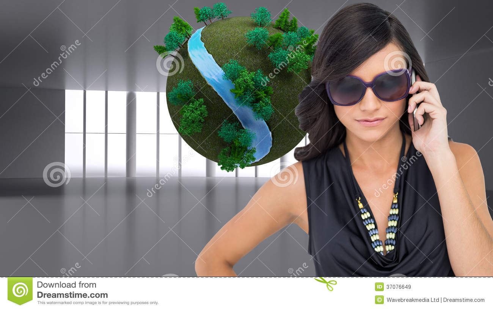 Download Poważna Elegancka Brunetka Jest Ubranym Okulary Przeciwsłonecznych Na Telefonie Ilustracji - Ilustracja złożonej z digitise, drzewo: 37076649