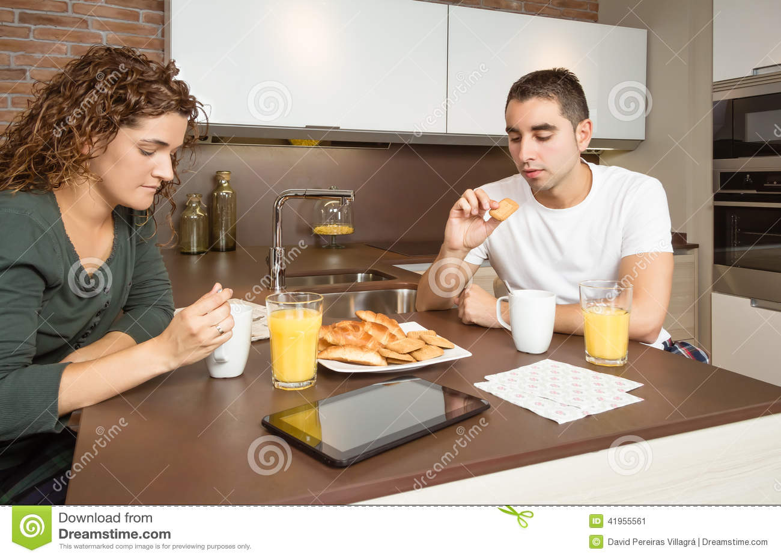 Poważna i zanudzająca para ma domowego śniadanie