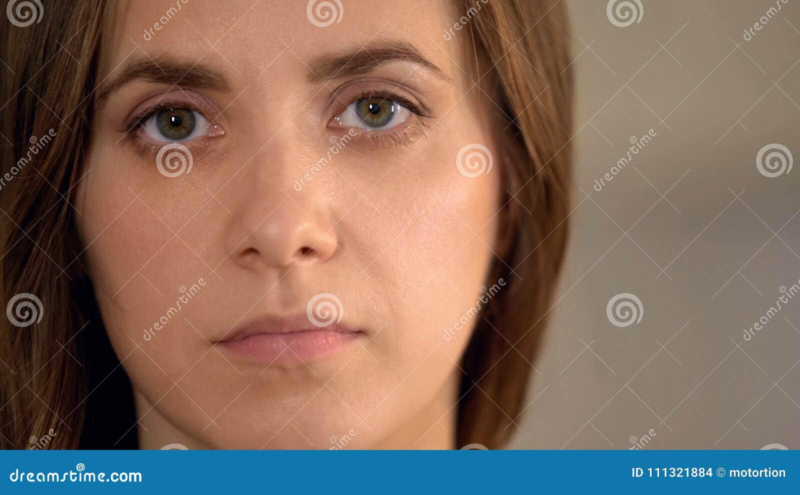 Poważna młoda kobieta patrzeje kamerę, przemoc domowej ofiara, twarzy zbliżenie