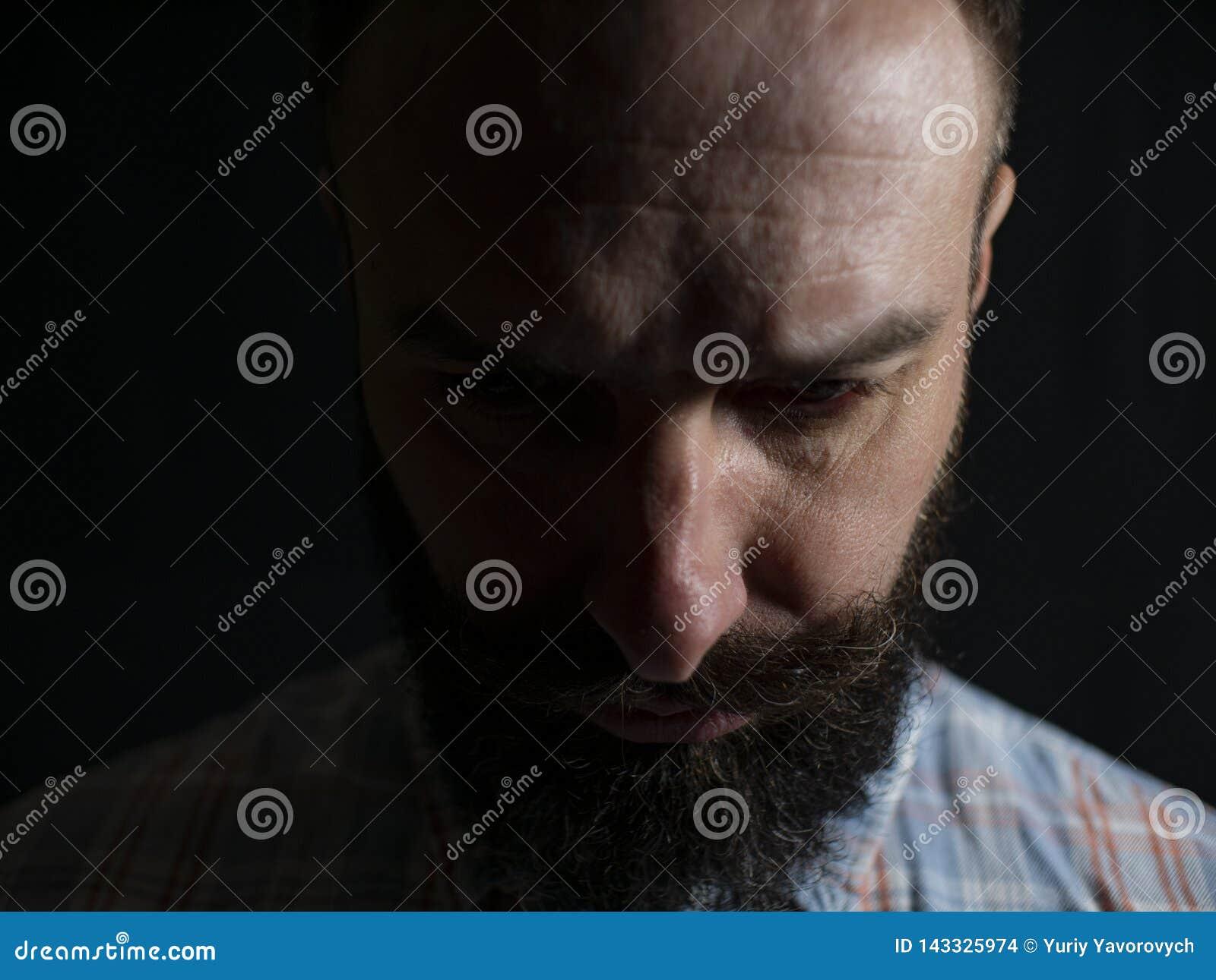 Poważna twarz elegancki mężczyzna z brodą i wąsy w górę patrzeć dno na czarnym tle