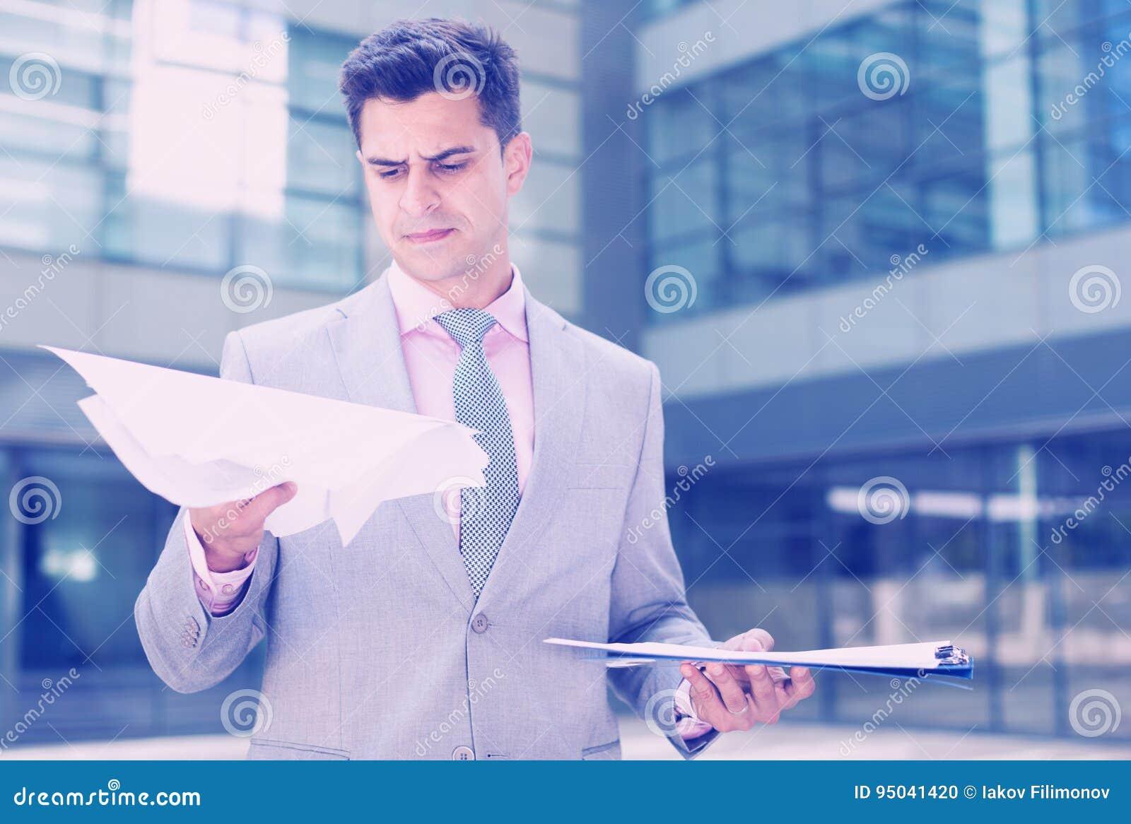 Poważni kierownika czytania papiery