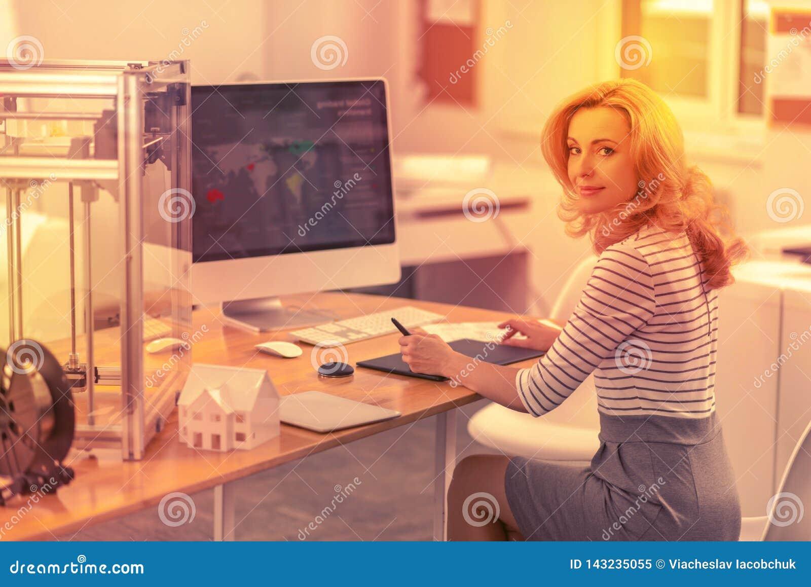 Poważnie dama sprawdza za mapie biurowa sieć