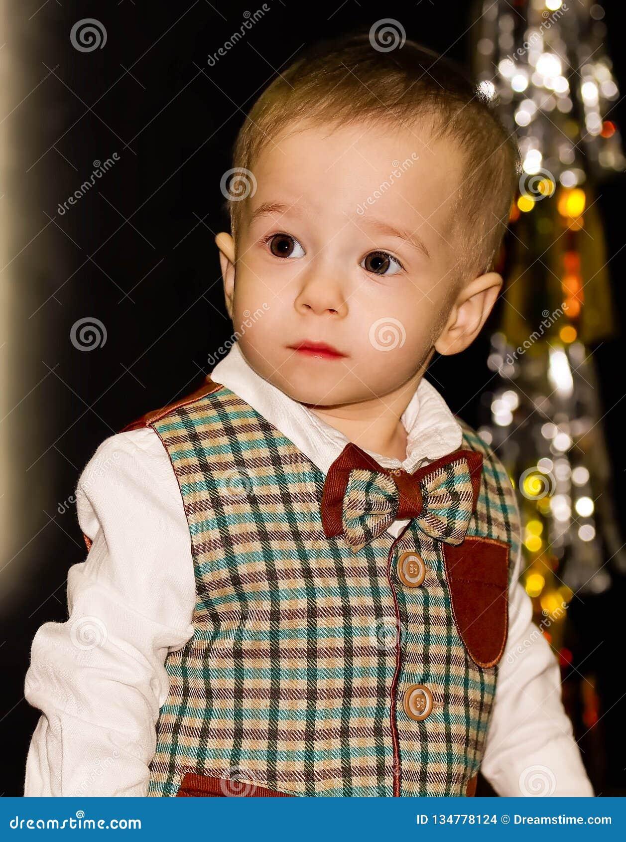 Poważny śliczny dziecko patrzeje daleko od Portret
