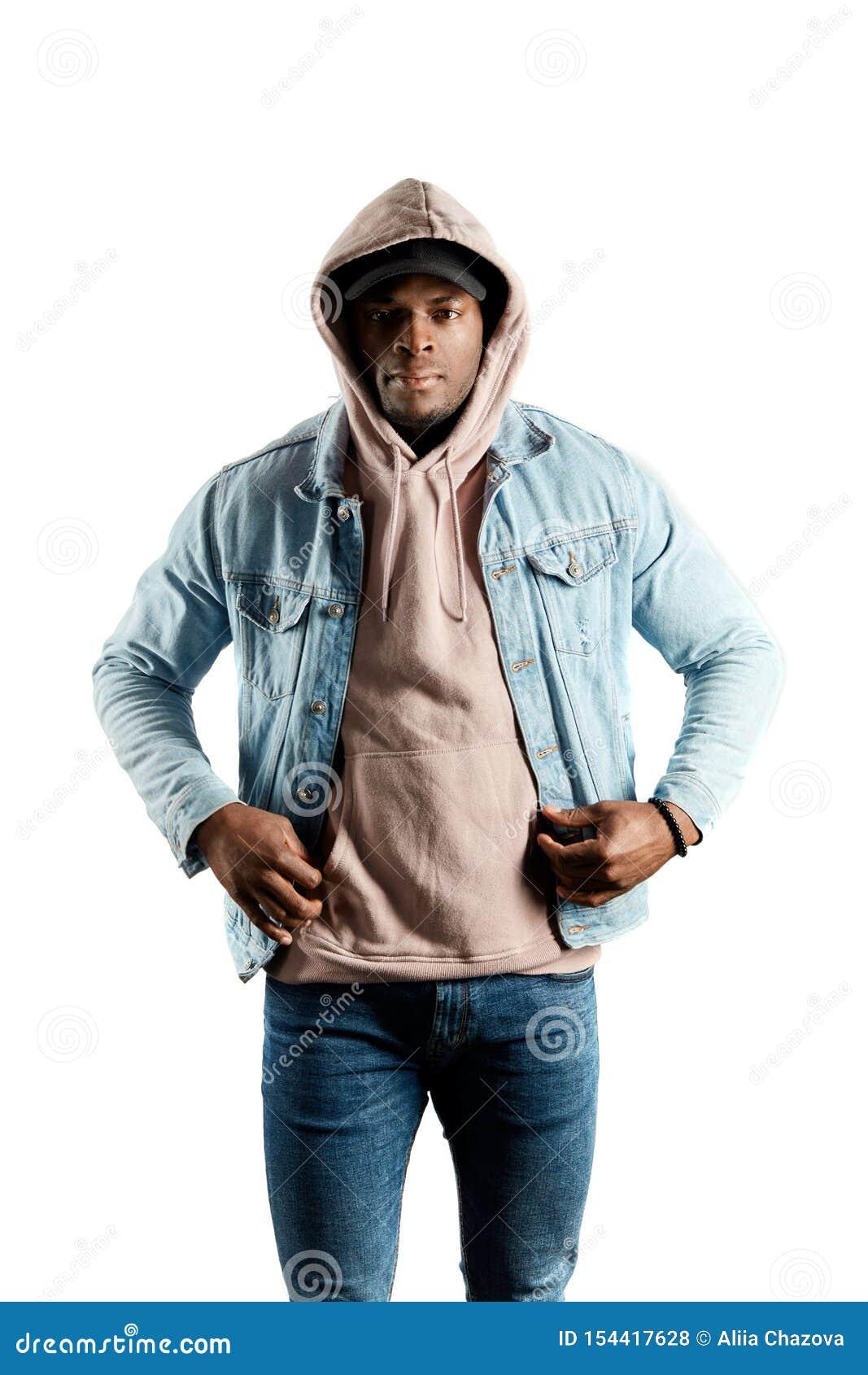 Poważny Afro mężczyzna patrzeje kamerę w hoody i kurtka