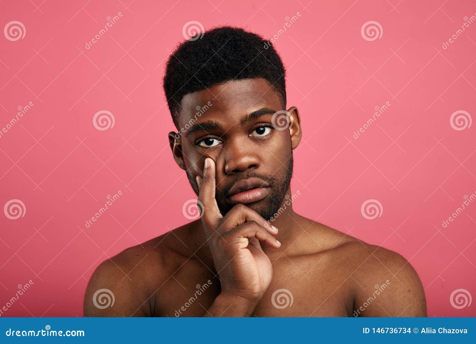 Poważny młody człowiek koncentruje rozważnego wyrażenie