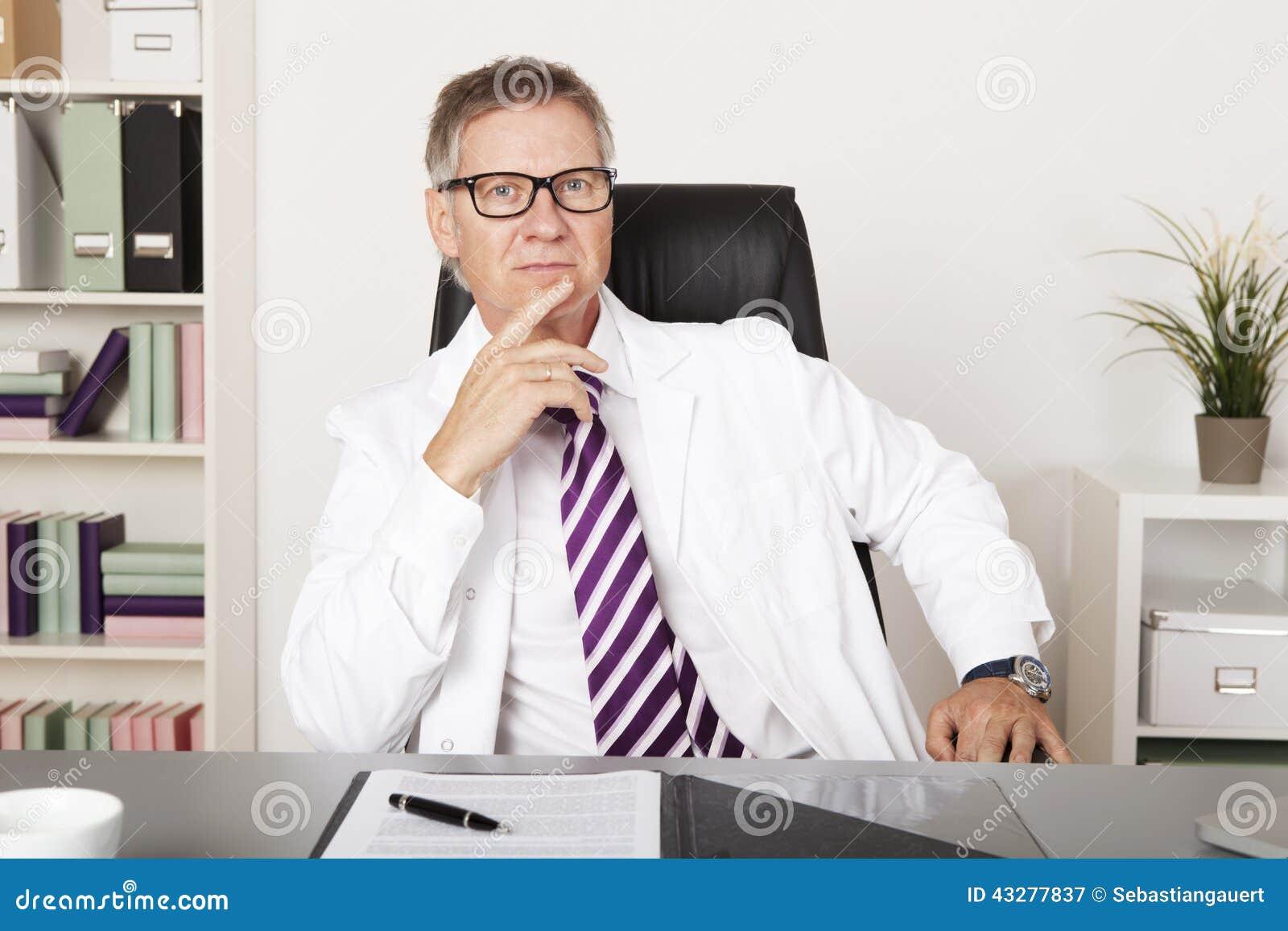 Poważny wieka średniego lekarz