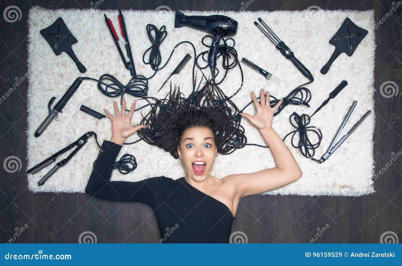Powabna dziewczyna rozprzestrzenia jej ręki wrzaski i strona