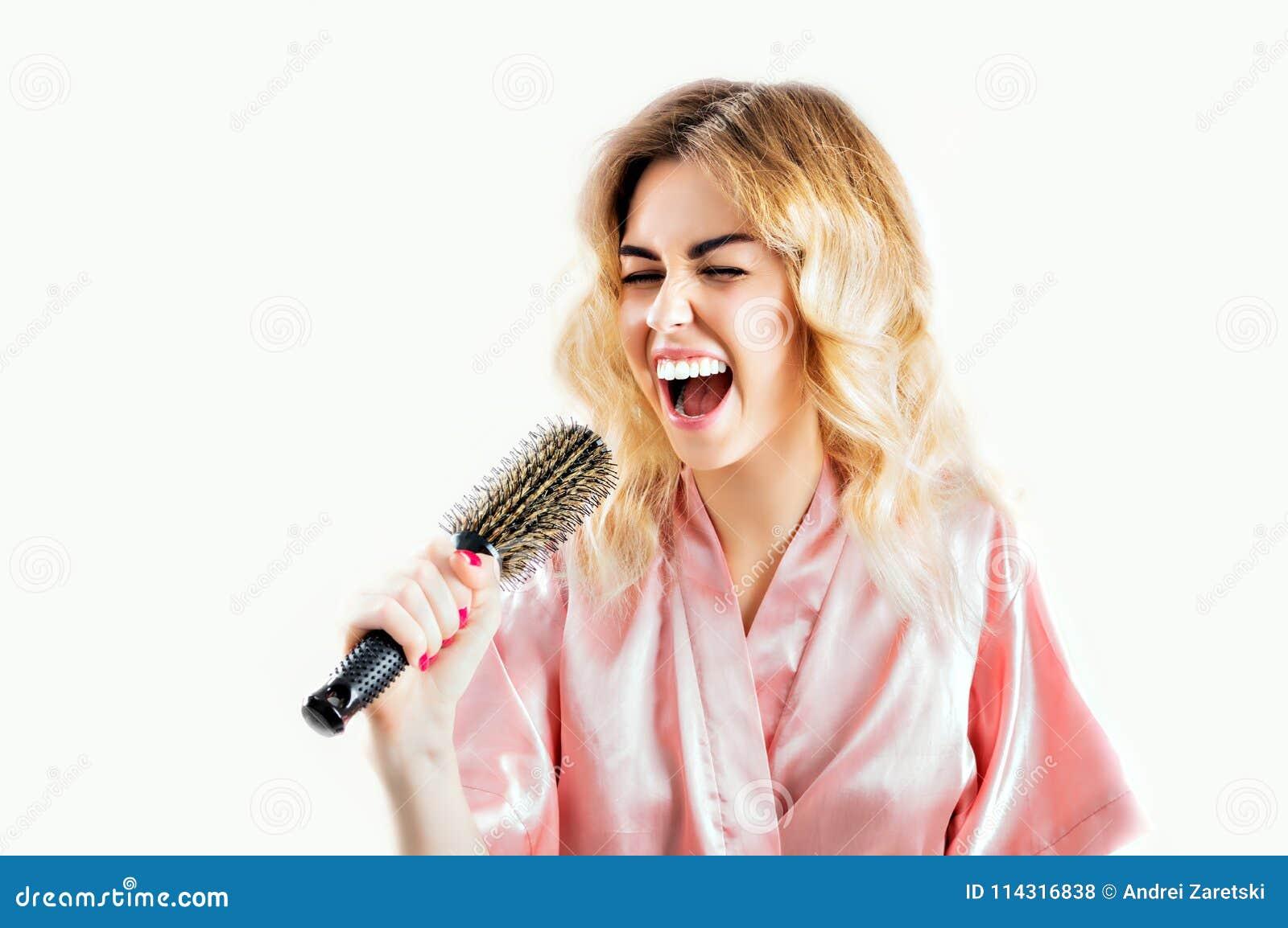 Powabna dziewczyna w opatrunkowej todze śpiewa w grępli