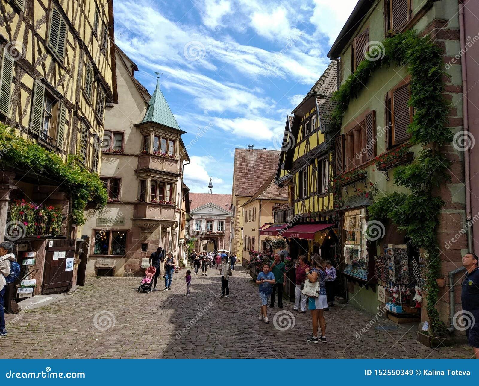 Powabna główna ulica Riquewihr, Alsace, Francja