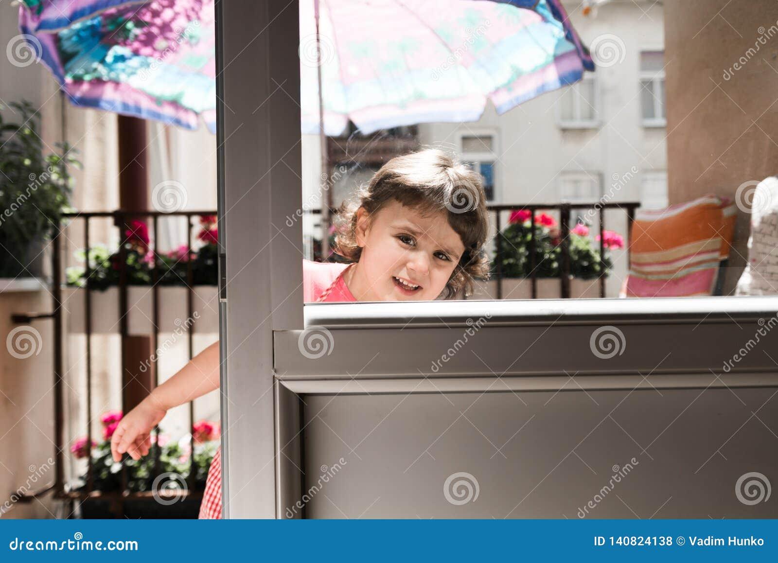 Powabna mała dziewczynka ono uśmiecha się i bawić się
