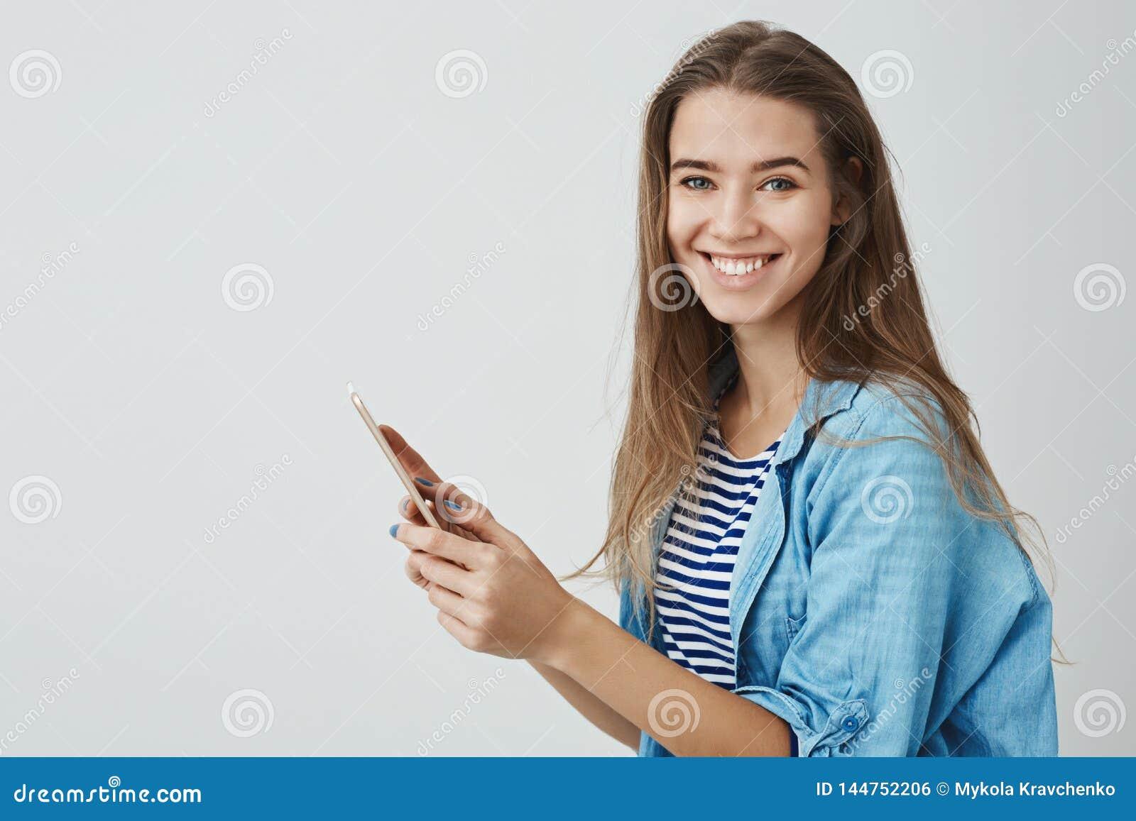 Powabna szczęśliwa uśmiechnięta dziewczyna trzyma cyfrową pastylkę cieszy się używać brandnew gadżetu kręcenia kamerę