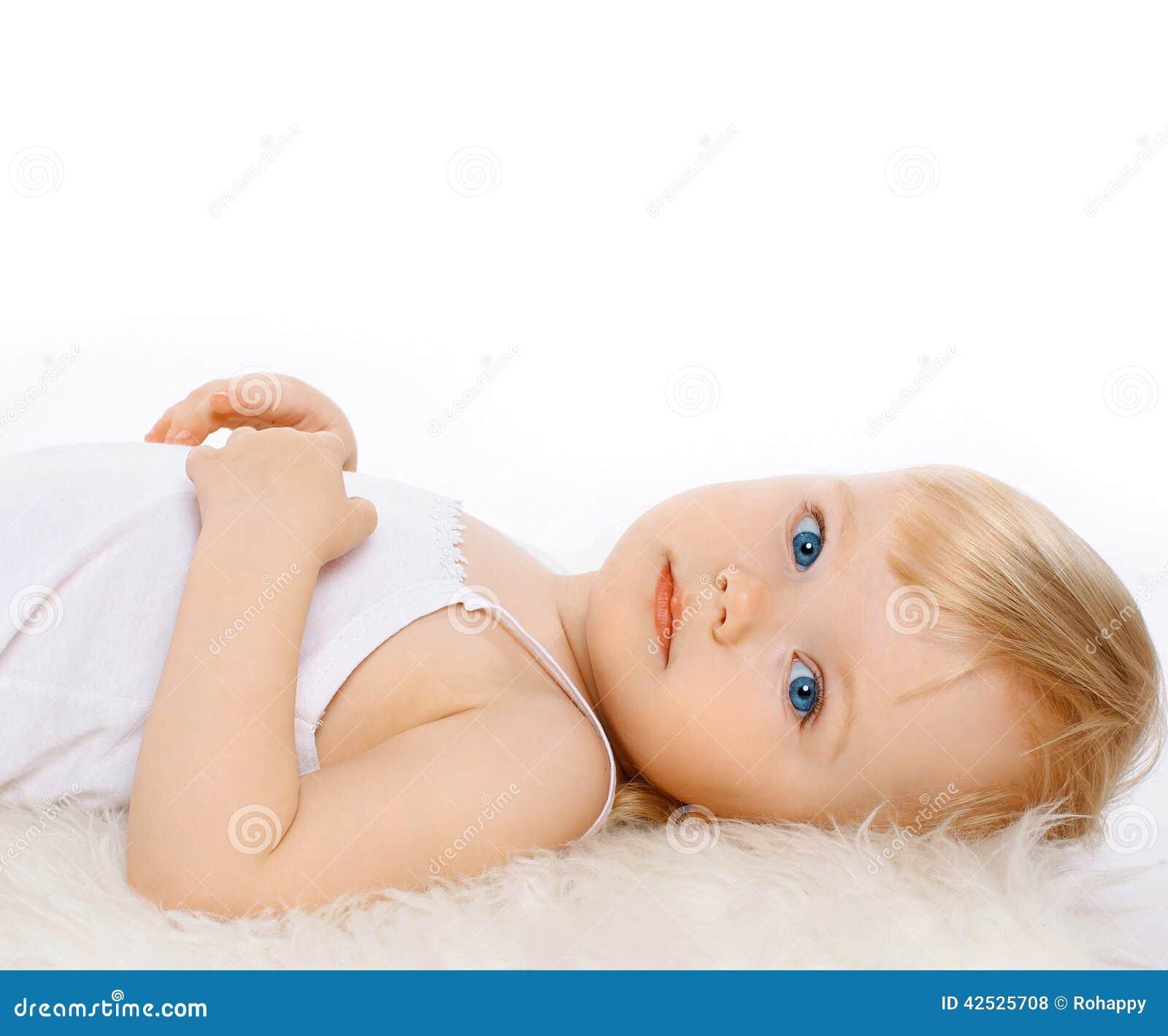 Powabny dziecko dziewczyny blondynki włosy na białym tle