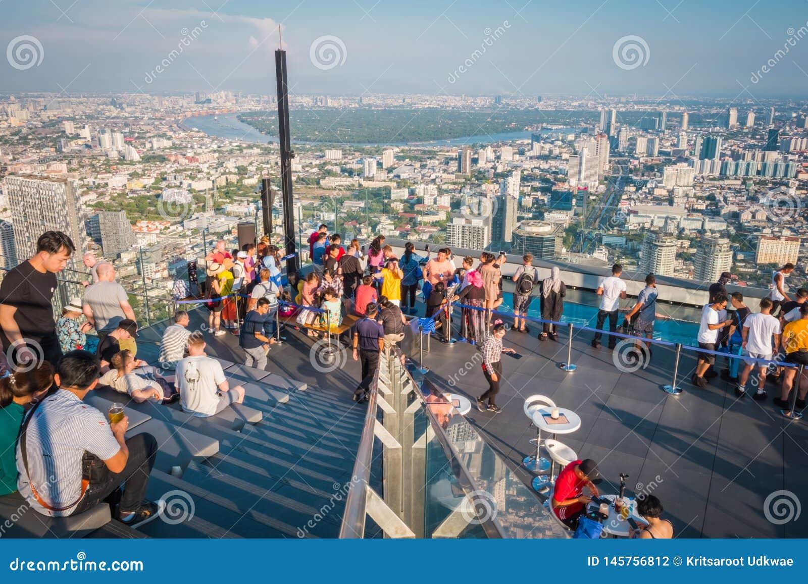 Power在第78楼屋顶上面的Mahanakorn Building国王的游人在曼谷,泰国