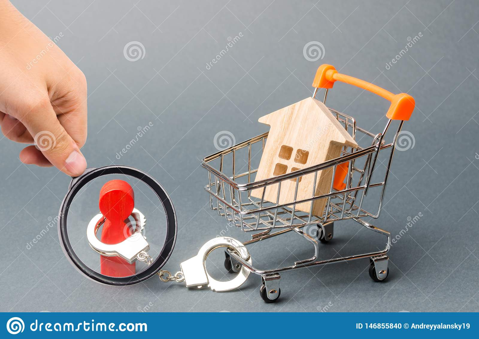Powiększać - szkło jest przyglądający osoba zakłada kajdanki dom na supermarket furze Pieniężna zależność, niedostępny budynek mi