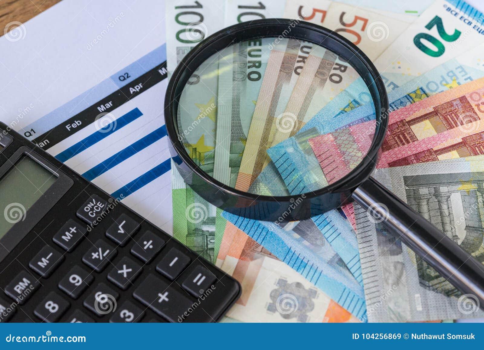 Powiększać - szklany i czarny kalkulator na stosie Euro banknoty