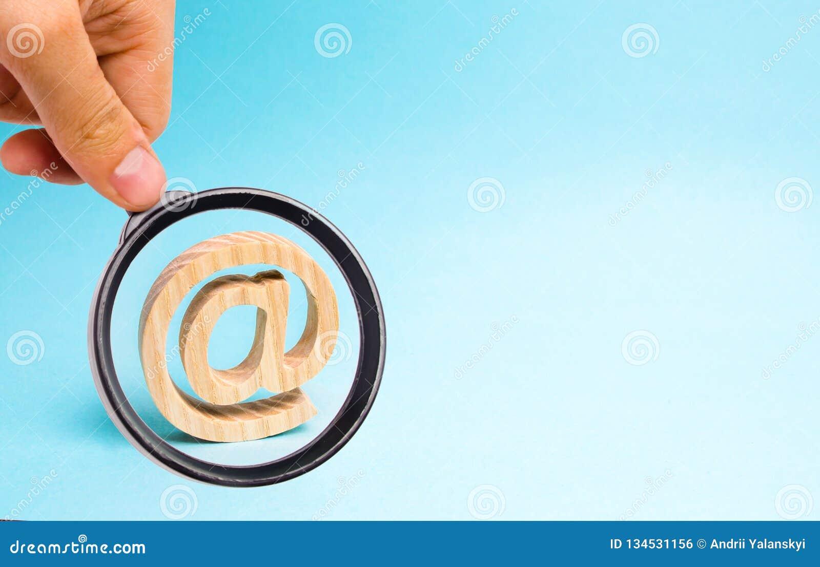 Powiększający - szkło jest przyglądający Internetowa korespondencja, komunikacja na internecie Email ikona na błękitnym tle