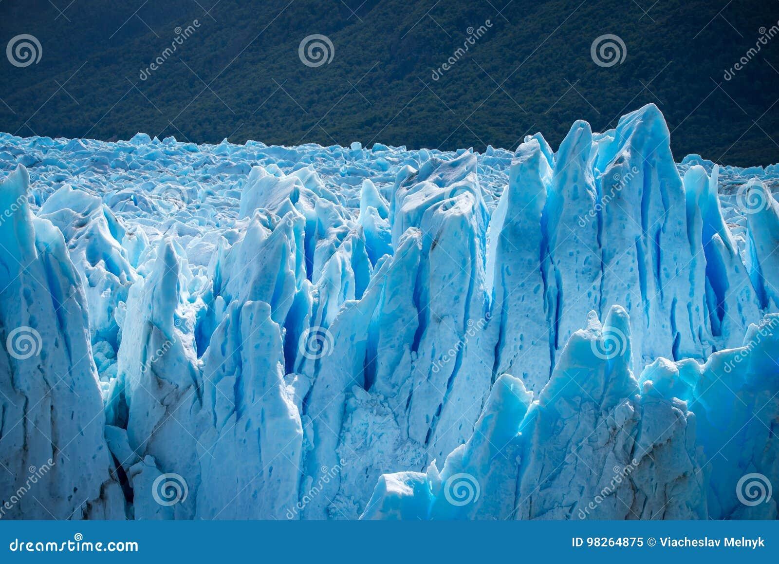 Powierzchnia błękitni lodowowie na tle lasowy Shevelev