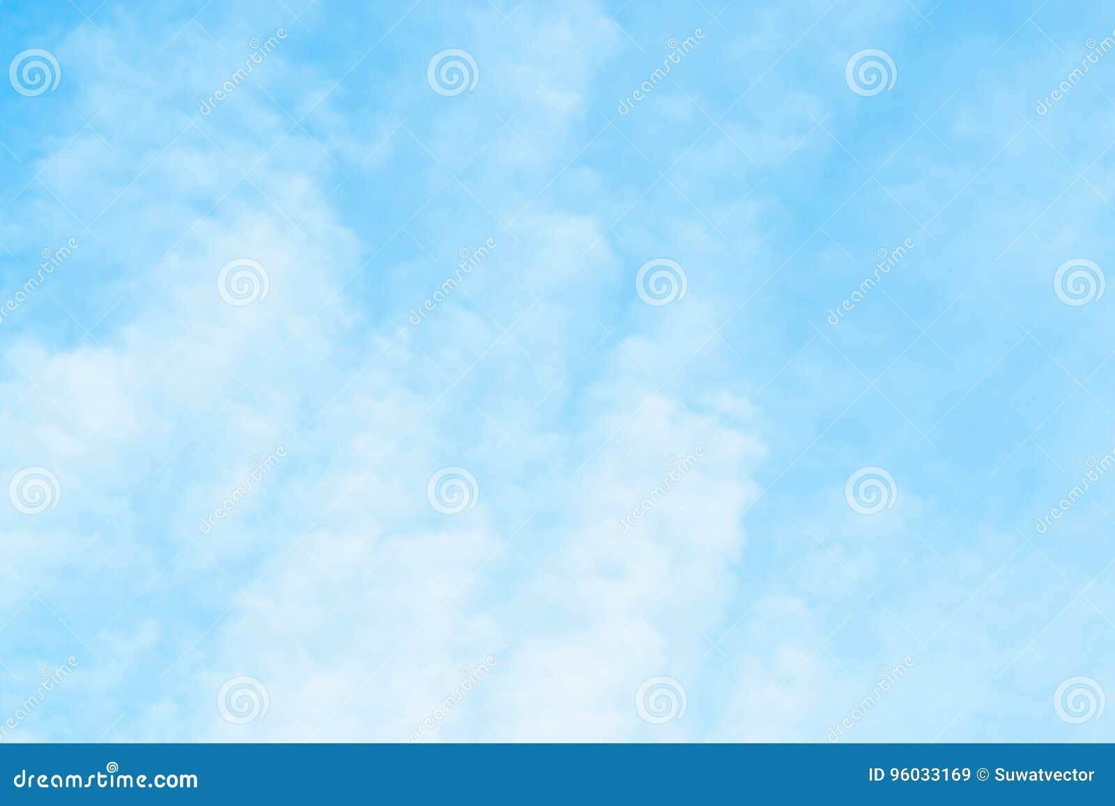 Powietrze chmurnieje w niebieskim niebie