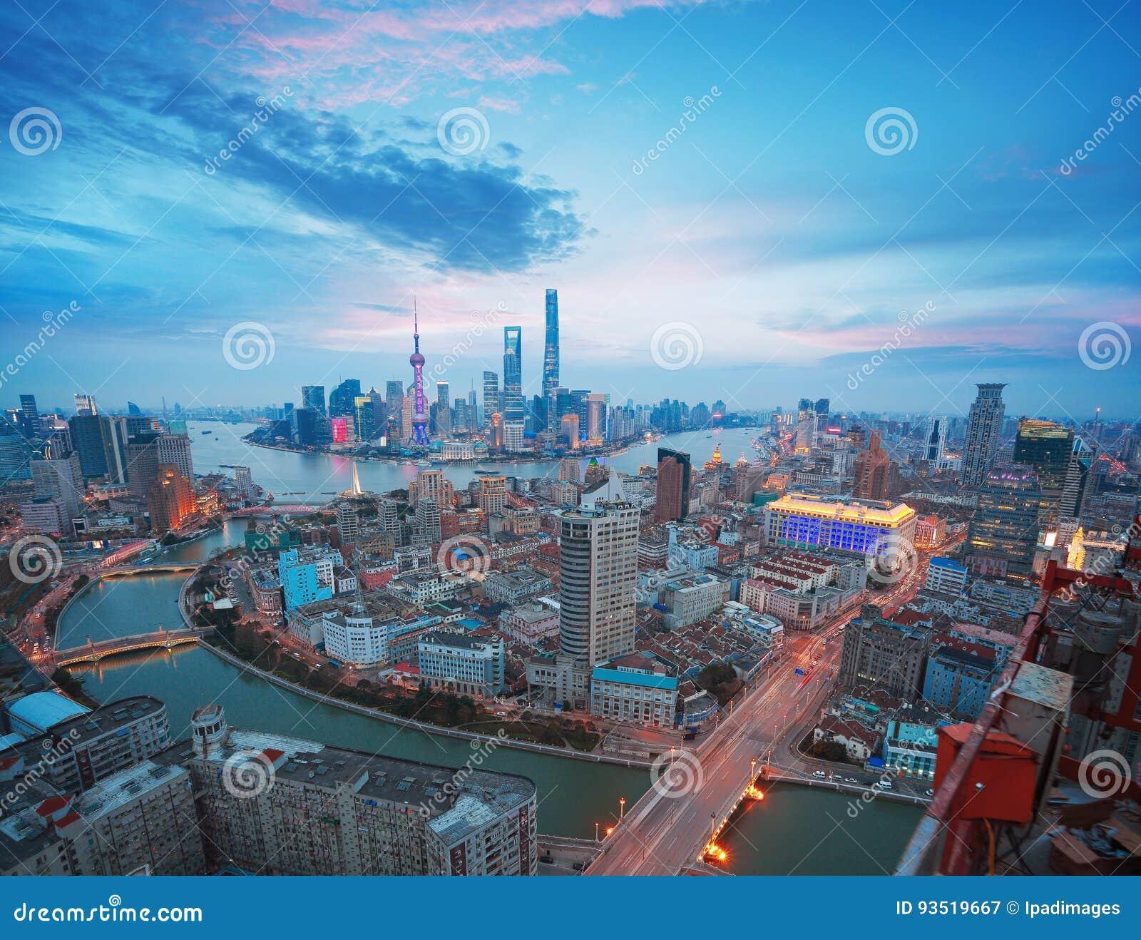 Powietrzna fotografia przy Szanghaj bund linią horyzontu półmrok