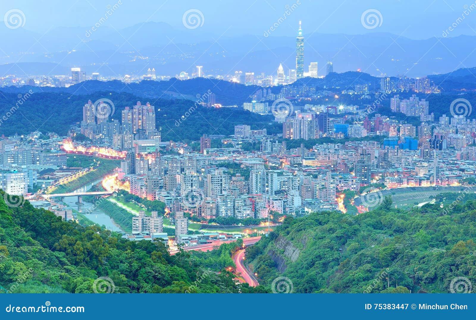 Powietrzna panorama podmiejskie mieszkaniowe społeczności w Taipei, z widokiem Taipei 101 wierza wśród drapaczy chmur