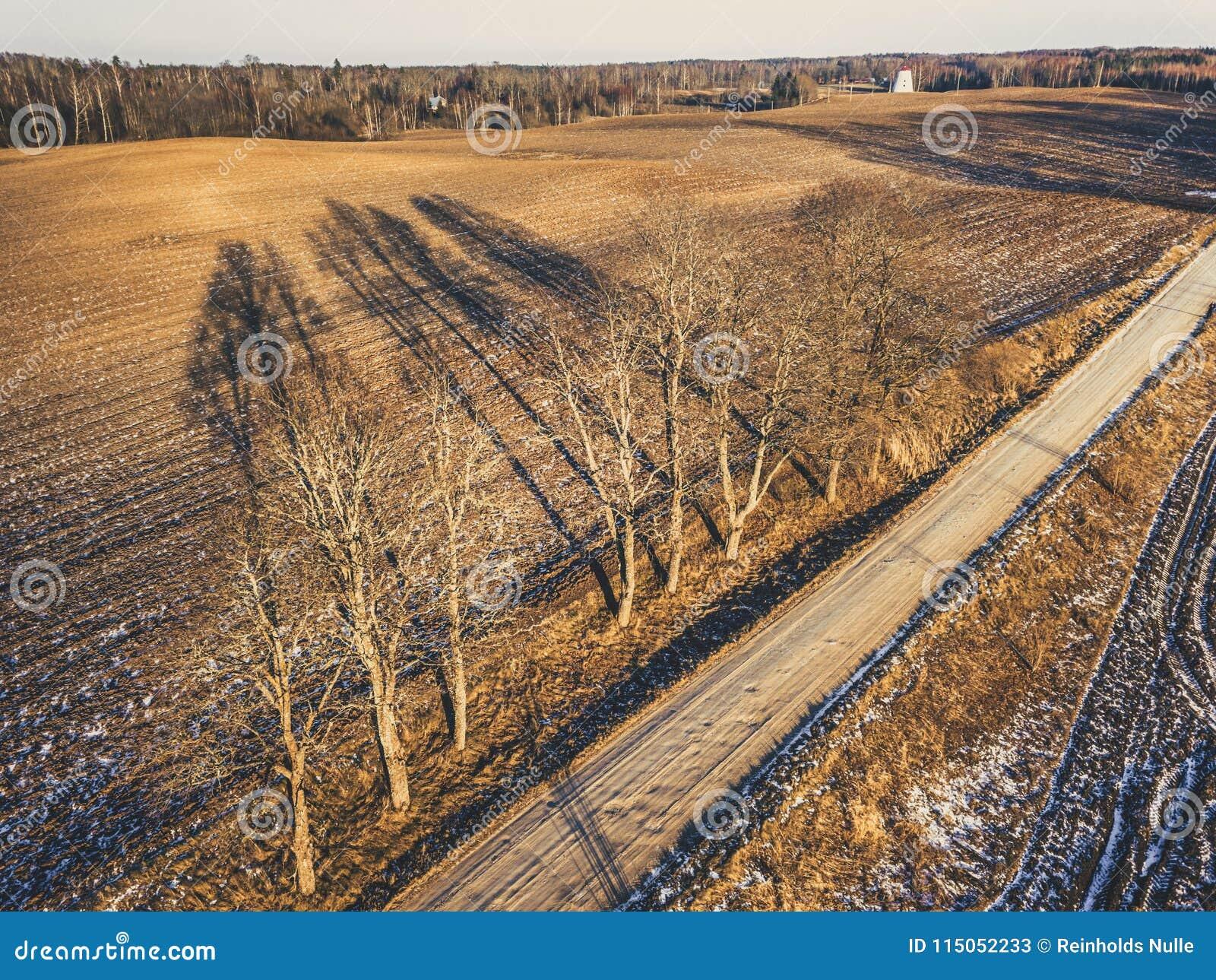 Powietrzna truteń fotografia droga w Pogodnym zima dniu - rocznik