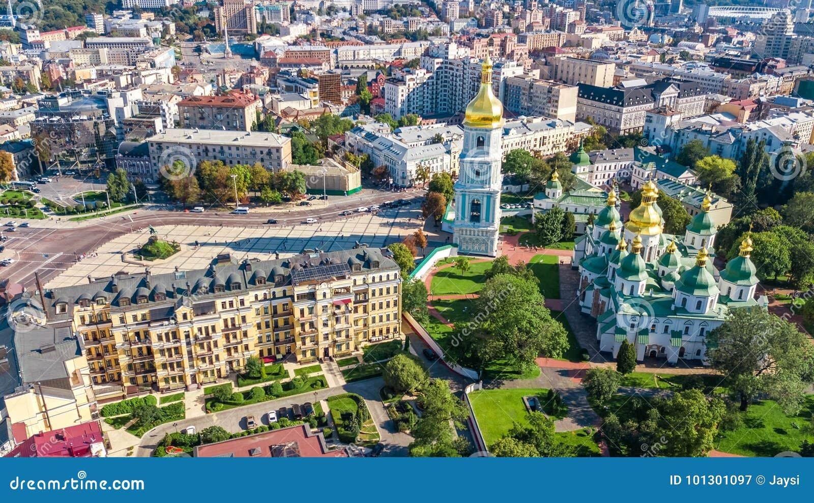 Powietrzny odgórny widok St Sophia katedry i Kijów miasta linia horyzontu od above, Kyiv pejzaż miejski, Ukraina
