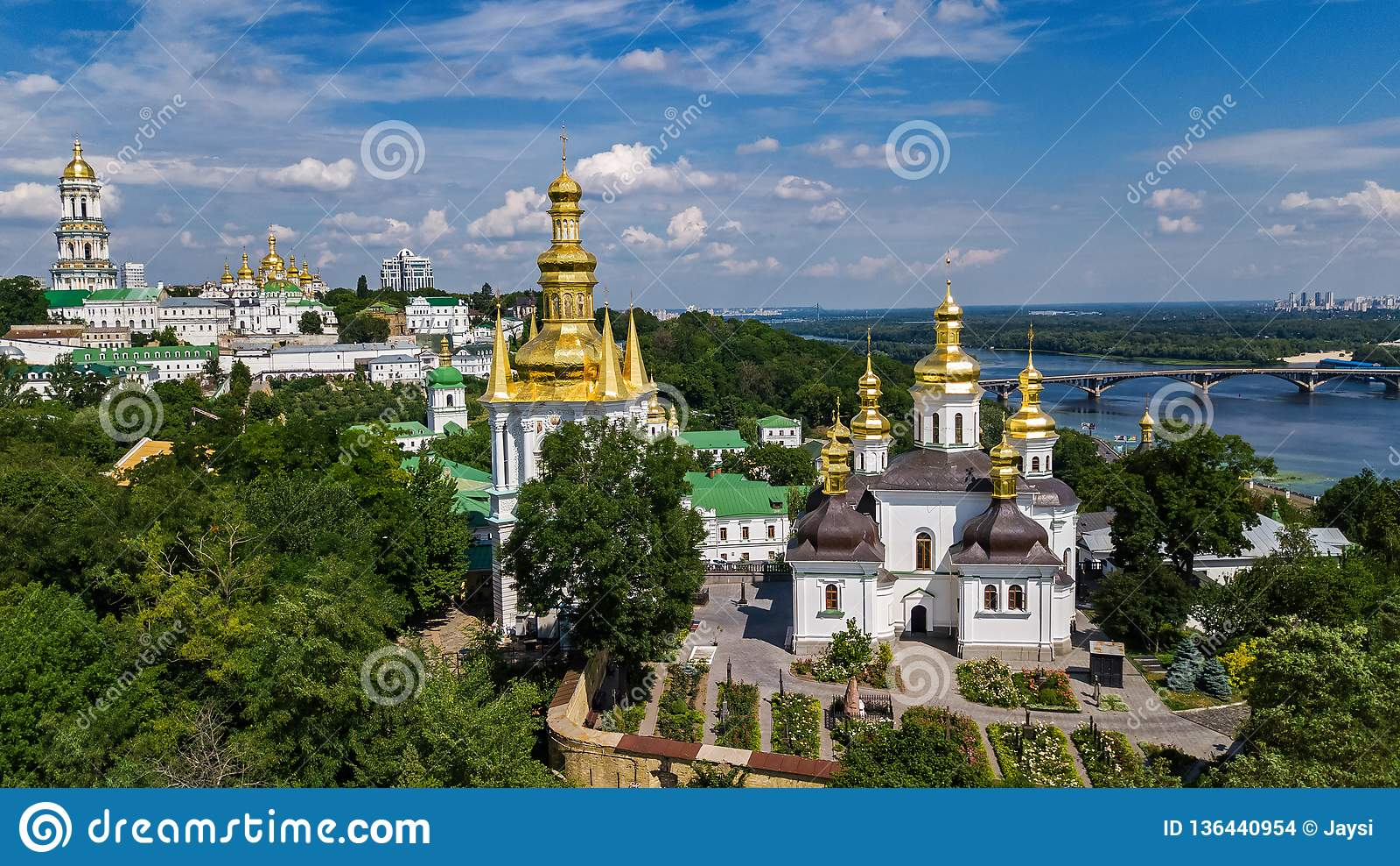 Powietrzny trutnia widok Kijowscy Pechersk Lavra kościół na wzgórzach z góry, pejzaż miejski Kyiv miasto, Ukraina