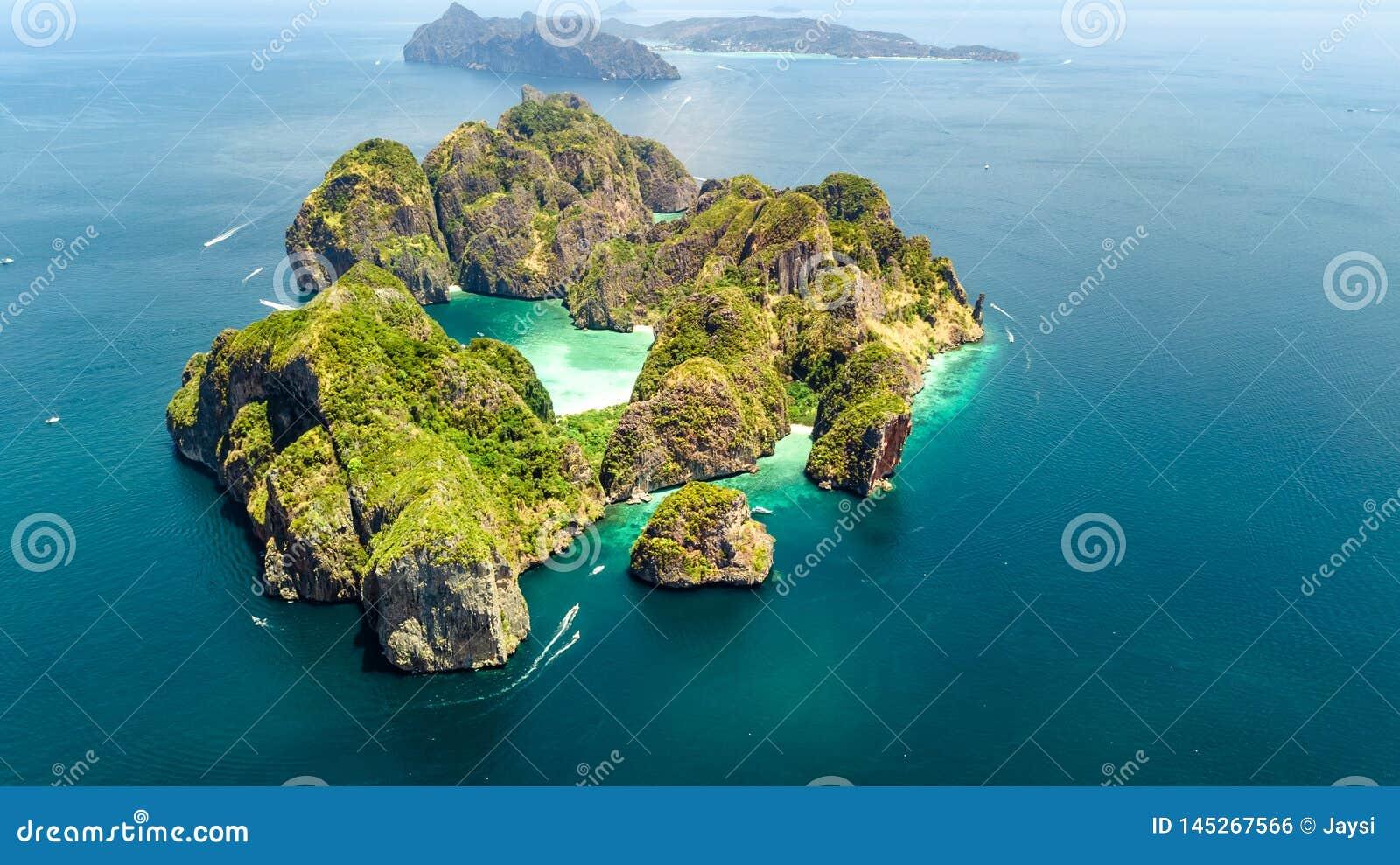 Powietrzny trutnia widok tropikalna Ko Phi Phi wyspa, plaże i łodzie w błękicie, rozjaśniamy Andaman wodę morską z góry,