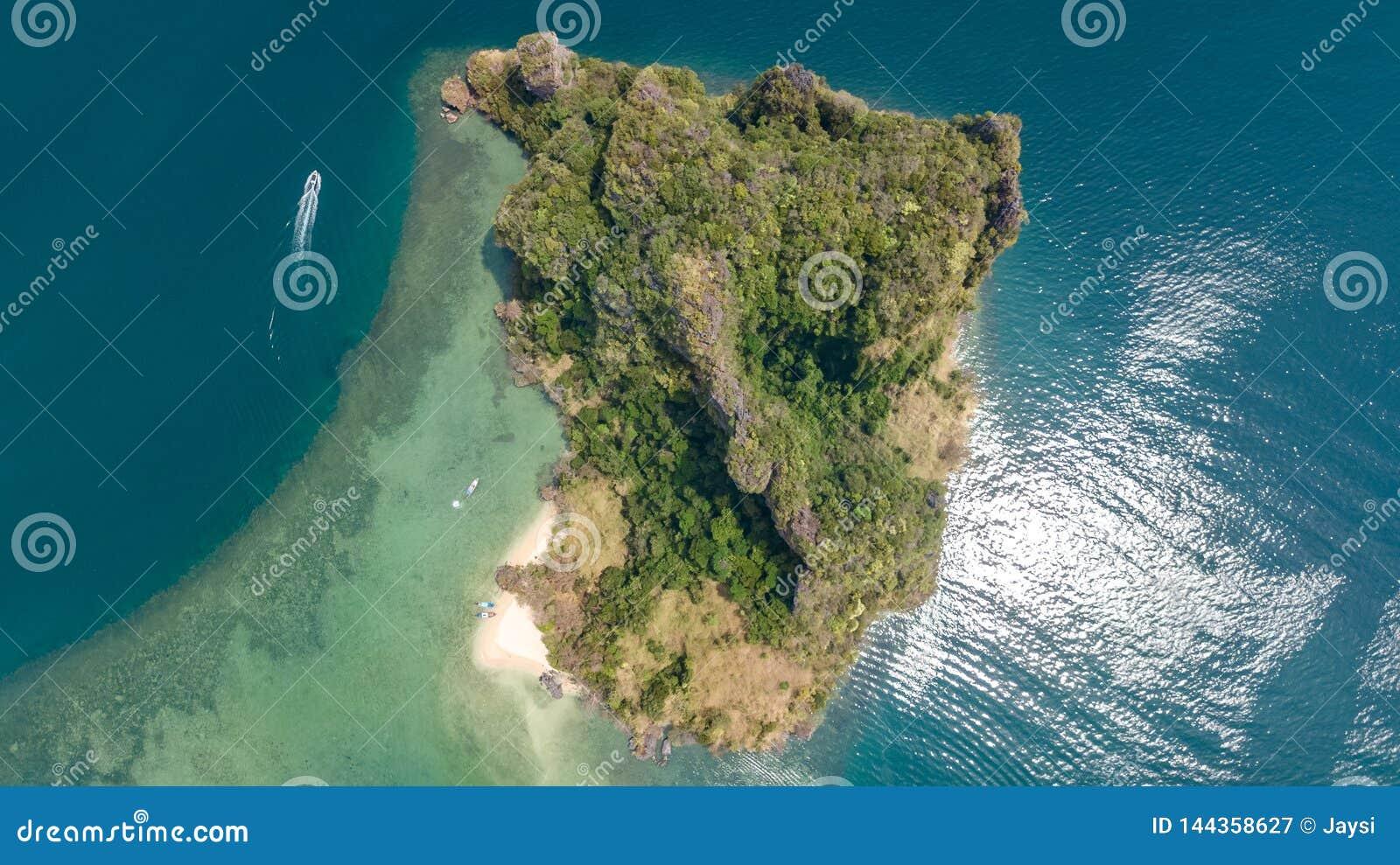 Powietrzny trutnia widok tropikalne wyspy, plaże i łodzie w błękicie, rozjaśniamy Andaman wodę morską z góry, piękne archipelag w