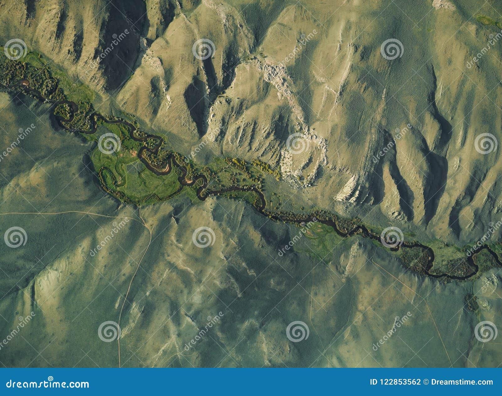 Powietrzny wizerunek rzeczny spływanie przez doliny otaczającej falezami
