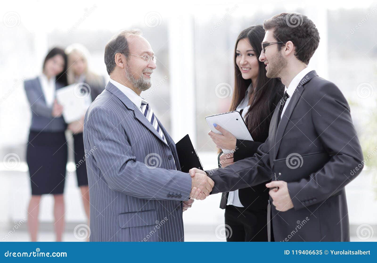 Powitanie i uścisk dłoni ludzie biznesu w biurze