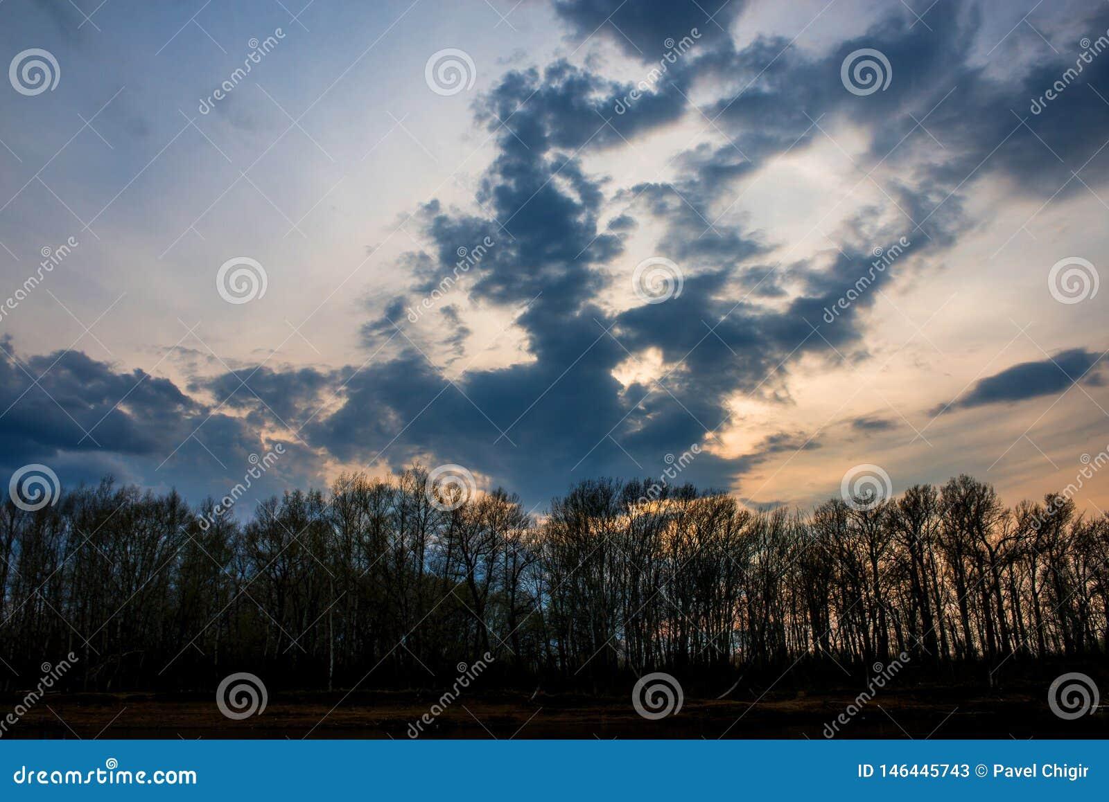 Powolne chmury zbierali nad Ural rzeką przed zmierzchem