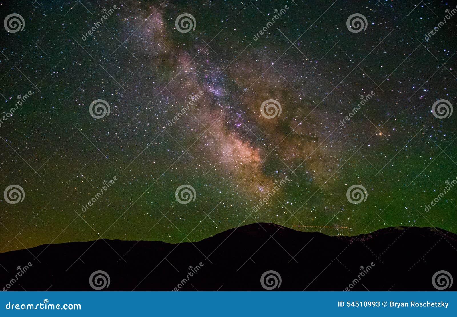 Powstający Milky sposób nad Kolorado górami