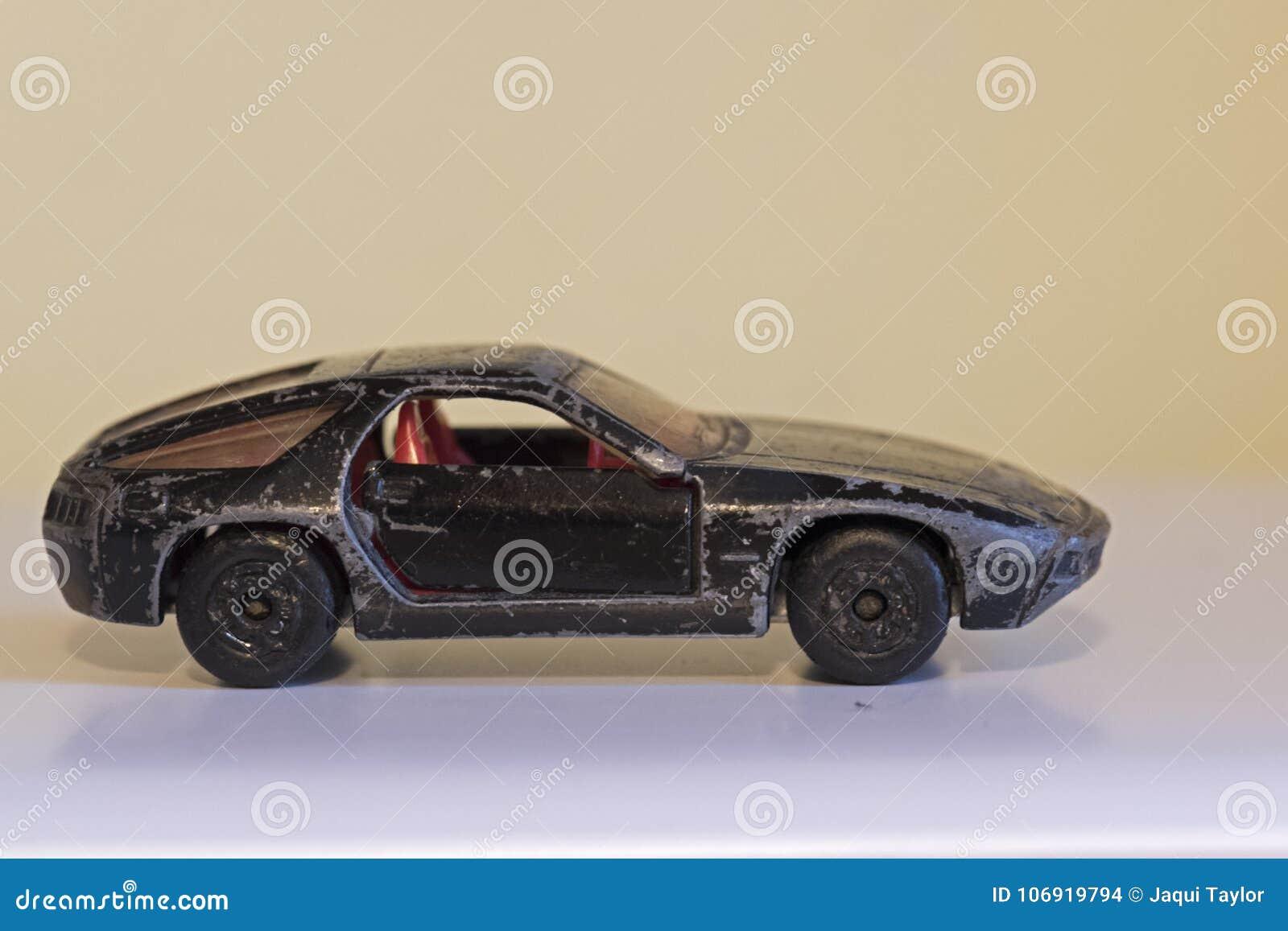 Powyginany czerni zabawki samochód