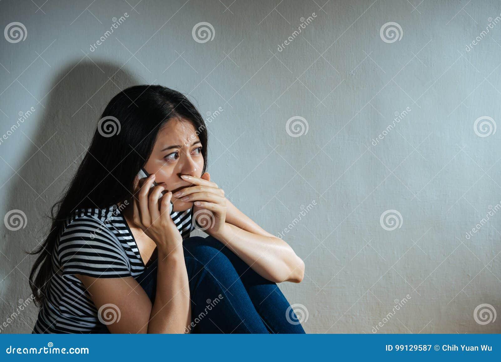 Powyginany nadużywający kobiety pojęcie - smucenie kobieta
