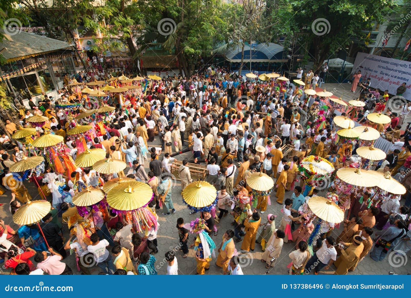 Poy在清迈唱长的节日,男孩仪式适合新手修士,游行的在寺庙附近,泰国