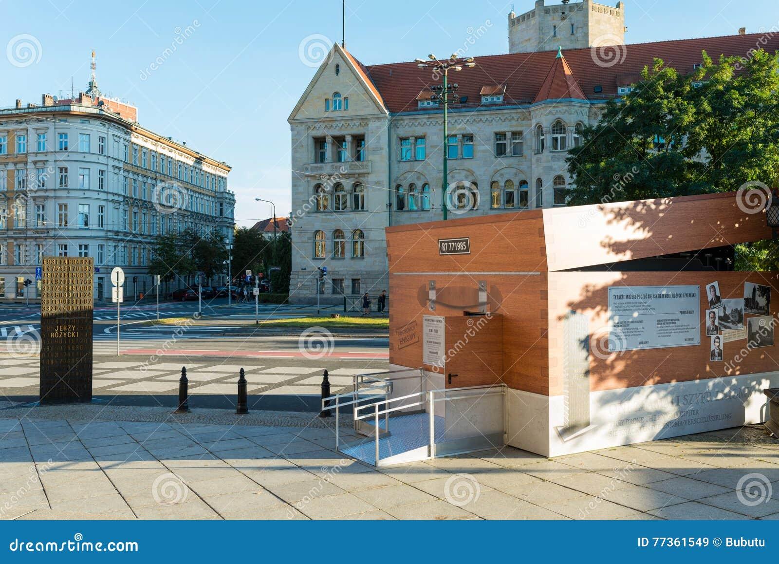 Poznański, POLSKA, Wrzesień - 06, 2016: Utajnianie zbiornik - chwilowy pawilon który patrzeje jak Enigma maszyna